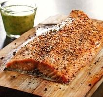 Filet de saumon cuit sur planche de cèdre, vinaigrette citronnée
