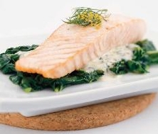 Filet de saumon sauté, sauce à l'aneth et aux épinards