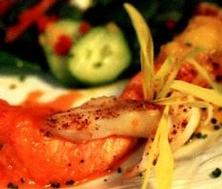 Tresse de saumon et sole au coulis de poivron et ail confit