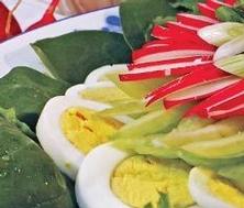 Salade étagée aux épinards et aux oeufs