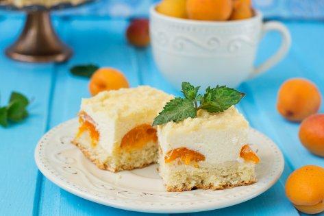 Gâteau (accompagné d'une crème aux pêches)