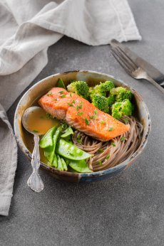 Soupe repas au poisson grillé et nouilles soba